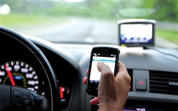 menggunakan ponsel saat berkendara