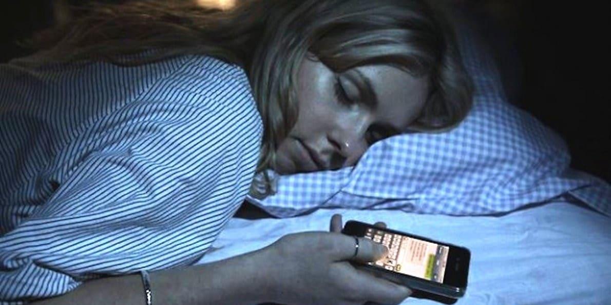 tidur dengan ponsel